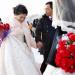 В Китае невеста бросила букет и проломила потолок